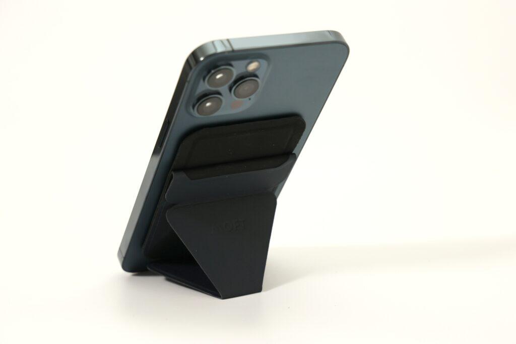 MOFTのスマホスタンド iPhone12専用Magsafe対応スタンドの縦置き画像
