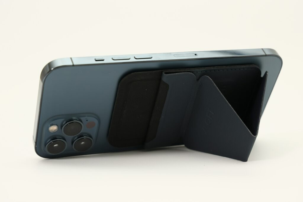 MOFTのスマホスタンド iPhone12専用Magsafe対応スタンドの横置き画像