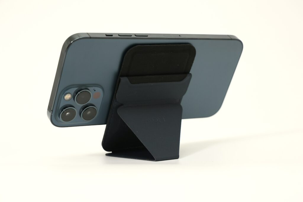 MOFTのスマホスタンド iPhone12専用Magsafe対応スタンドの動画視聴モード画像